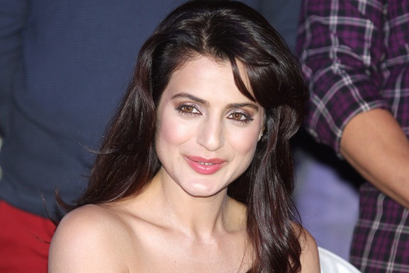 Ameesha patel net worth biography age height boyfriend for Amisha indian cuisine