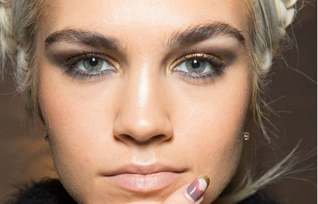 The gorgeous smudged-out liner with a gilded, smoky effect